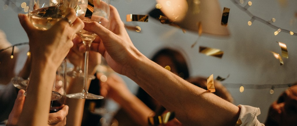 people-toasting-wine-glasses-3171837